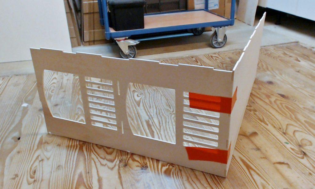 Le plancher base et le premier coté sont en contact, les adhésifs préalablement disposés sur le plancher ont facilité le maintien des pièces dans leur position