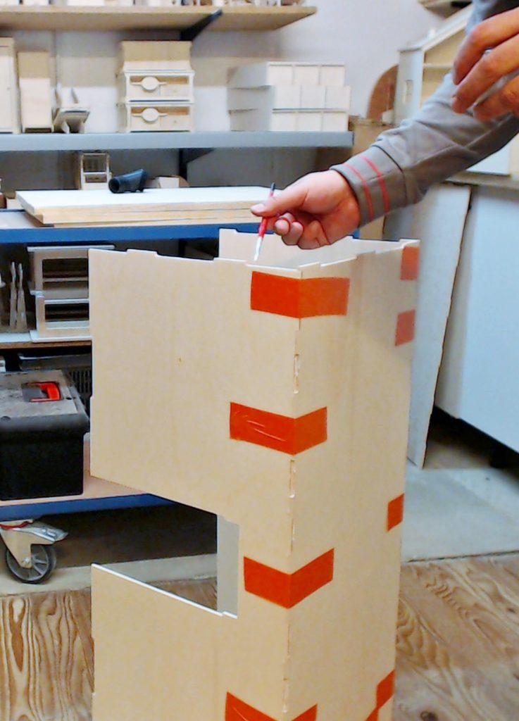 La procédure répétitive commence : encollages des zones en creux pour le second coté