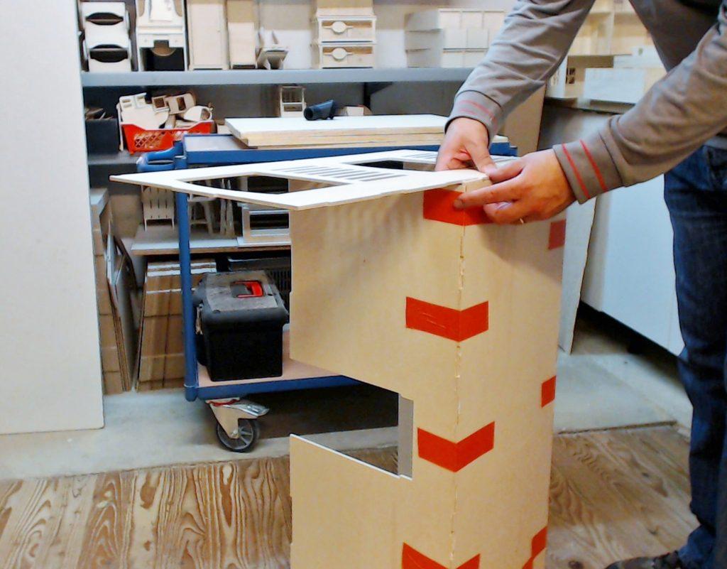 Mise en place du second coté. Commencez par les languettes du plancher étage à enfoncer dans le coté. Puis encastrer les languettes et encoche de la façade arrière et du plancher base.