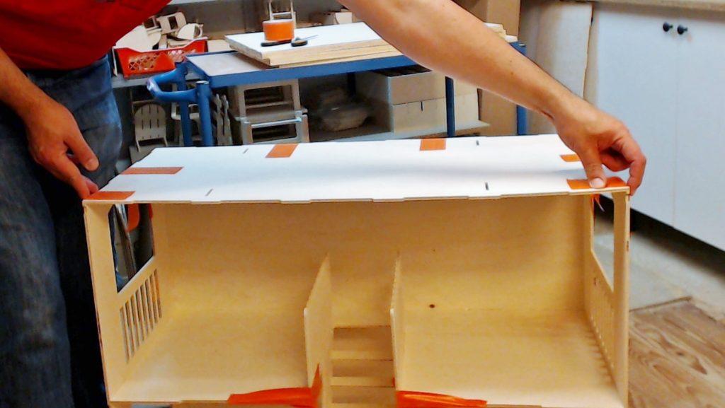 Je serre et immobilise avec l'adhésif. Je vérifie que les haut des cotés sont bien alignés avec le plancher.