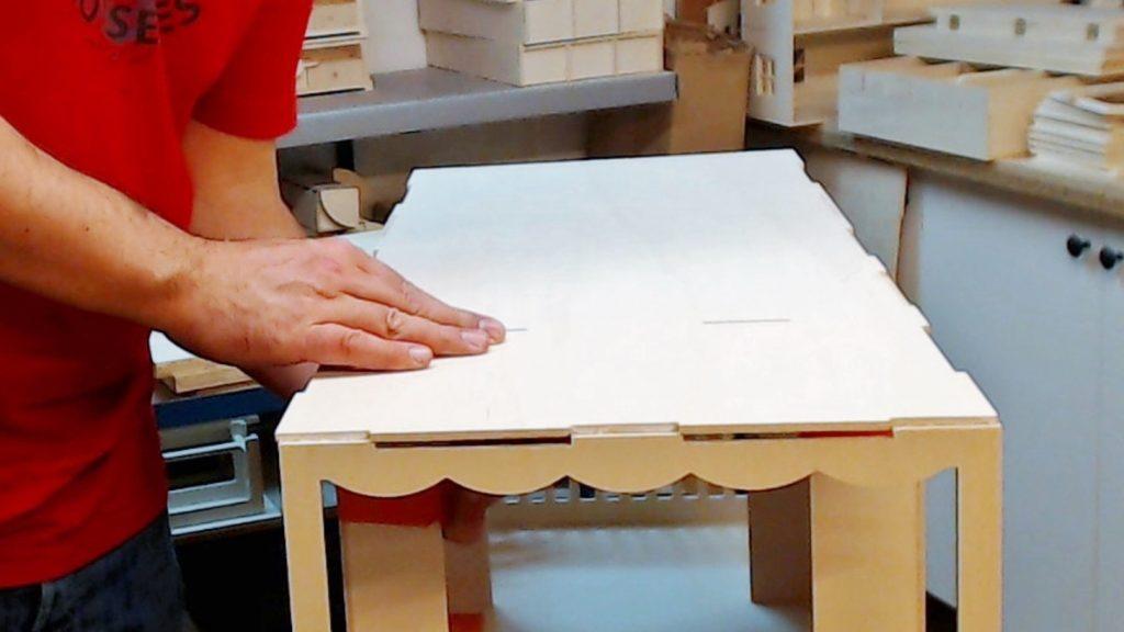 Je positionne le plancher en commençant par les languettes des coté-inters, puis en finissant par les cotés.